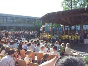 Die Zweitklässler heißen ihre neuen Mitschüler mit einem Lied willkommen.