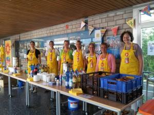 Mitglieder des Fördervereins versorgen die neuen Eltern mit Getränken und Informationen