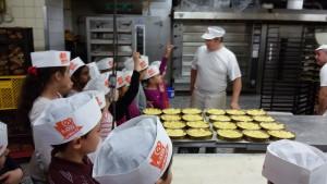 Bäckermeister Lob führt durch die Backstube. Es beginnt mit Apfelkuchen.