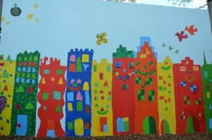 Die Viertklässler des Jg. 14/15 haben diese schönen Häuser gemalt. Das Geld für das Material spendetet der Förderverein.