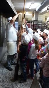 Die Kinder dürfen auch die riesigen Sicherheitshandschuhe anprobieren.