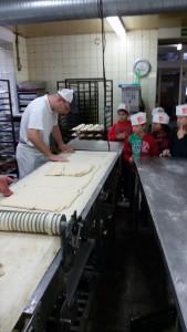 Der Teig für Puddingteilchen wird in Streifen geschnitten