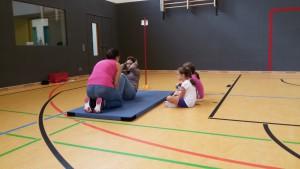 Der Eltern machten die Übungen genau vor. Hier: sit-ups. Gezählt wurde, wie viele sit-ups die Kinder in 40 Sekunden schafften.