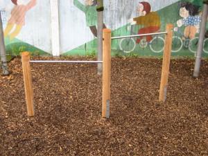 Turnstangen für den kleinen Schulhof.
