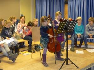 Cello und Geige im Duett.