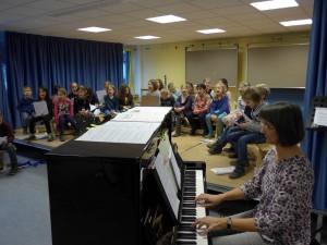 Frau Krüger-Naujoks begleitete die Lieder am Klavier.
