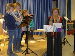 Teilnehmer der Blockflöten-AG mit der Flötenlehrerin Frau Fischer