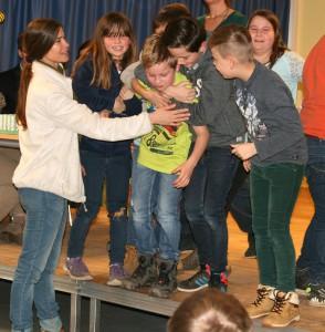 und Tim wurden von ihren Mitschülerin frenetisch bejubelt.